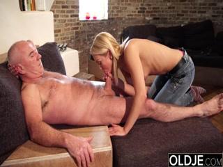 Дедушка трахает внучку в киску и они оба получают удовольствие от этого секса дома на диване
