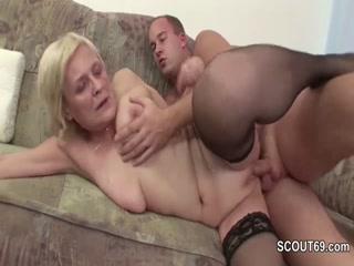Порнуха с бабушкой, которая трахнулась в пизду на диване у внука