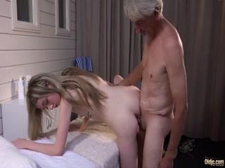 Порно видео с пожилым мужчиной на диване в гостиной комнате дома у женщины-блондинки