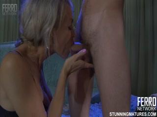 Тетя трахает молодого парня в пизду, пока муж спит рядом со своей женой дома