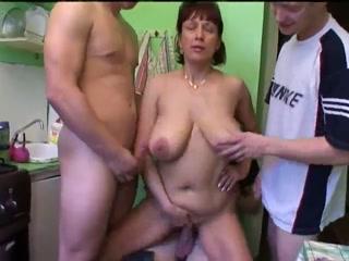Сын трахнул маму, а друзья помогли ему кончить от минета в два ротика!