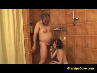 Бабушка соблазнила внука на секс дома у себя во дворе