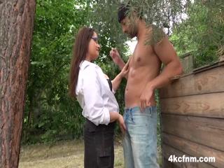 Секс видео зрелой женщины и молодого парня, который ее ебет