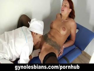Доктор лижет пизду молодой девушке и трахает ее на кушетке