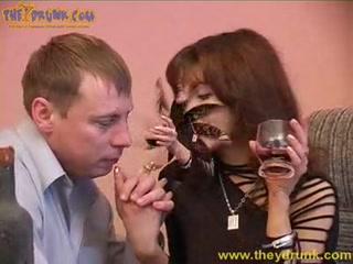 Русское порно видео с пьяной девушкой, которая отдалась парню в пизду на диване дома у парня-друга